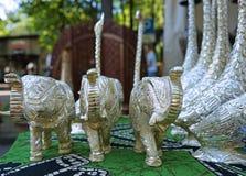 Zilveren decoratieve beeldjes van een Indische olifant in een straatwinkel royalty-vrije stock afbeelding