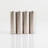 Zilveren die aa-batterijen op wit worden geïsoleerd Stock Afbeeldingen