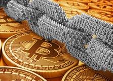 Zilveren Digitale Ketting van Onderling verbonden 3D Aantallen en Gouden Bitcoins royalty-vrije illustratie