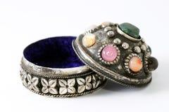 Zilveren doos op juwelen royalty-vrije stock afbeelding
