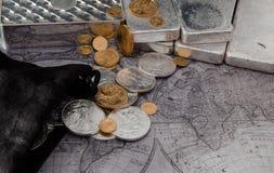 Zilveren Eagle Coins & Gouden Eagle Coins met Zilverstaven op Kaart Royalty-vrije Stock Foto's