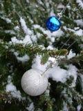 Zilveren en blauwe Kerstmisballen Royalty-vrije Stock Afbeelding