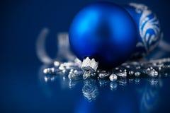 Zilveren en blauwe Kerstmisornamenten op donkerblauwe achtergrond Royalty-vrije Stock Foto's