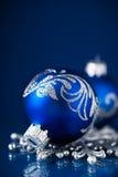 Zilveren en blauwe Kerstmisornamenten op donkerblauwe achtergrond met ruimte voor tekst Stock Afbeeldingen