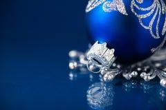 Zilveren en blauwe Kerstmisornamenten op donkerblauwe achtergrond met ruimte voor tekst Vrolijke Kerstkaart royalty-vrije stock afbeeldingen