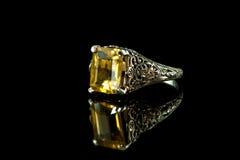 Zilveren en Citroengele Ring Stock Afbeeldingen
