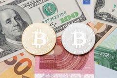 Zilveren en gouden bitcoin op euro en dollarachtergrond Royalty-vrije Stock Afbeeldingen