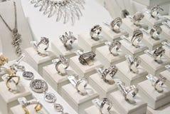 Zilveren en gouden juwelen royalty-vrije stock afbeelding