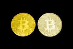 Zilveren en gouden muntstuk Bitcoin op een zwarte achtergrond isoleer Royalty-vrije Stock Fotografie