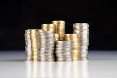 Zilveren en gouden muntstukken stock afbeeldingen