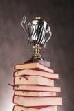 Zilveren en gouden trofeekop bovenop boeken Royalty-vrije Stock Fotografie