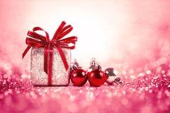 Zilveren en rode Kerstmisballen en giften op zoete rode roze glitt Stock Foto's