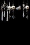 Zilveren en Witte Kerstboomornamenten op Zwarte Stock Fotografie