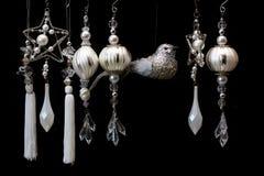 Zilveren en Witte Kerstboomornamenten op Zwarte Royalty-vrije Stock Afbeelding