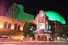 Zilveren Erfenistoevlucht en casino bij nacht met het bewegen van lichten van Royalty-vrije Stock Foto