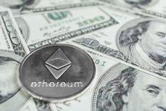 Zilveren Ethereum op honderd dollarsrekeningen Close-up, macroschot stock afbeelding