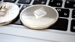 Zilveren Ethereum op laptop toetsenbord stock videobeelden