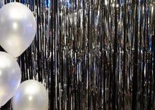 Zilveren feestelijke achtergrond met ballons die door gekleurde lantaarns worden verlicht stock afbeeldingen