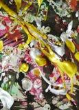 Zilveren gele gouden roze groene donkere verf, schaduwen op levendige abstracte achtergrond Stock Fotografie
