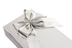 Zilveren giftdoos en boog Royalty-vrije Stock Foto's