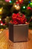 Zilveren giftdoos met rood lint Stock Foto's