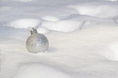 Zilveren glanzende Kerstmisbal Stock Foto's