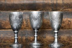 Zilveren glazen op de achtergrond van oude boeken royalty-vrije stock foto