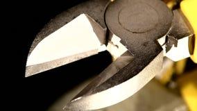 Zilveren grijs deel van draadscharen met geel, stock videobeelden