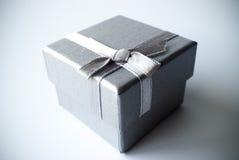 Zilveren grijze giftdoos met zilveren lint Stock Afbeelding