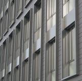 Zilveren grijze vensters van modern de bouw architectonisch detail stock foto
