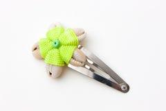 Zilveren haarspeldje met vijf tweekleppige schelpdieren en groene draad Royalty-vrije Stock Foto's