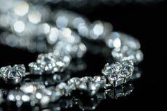 Zilveren halsband met diamantenclose-up in defocus op een zwarte achtergrond royalty-vrije stock fotografie