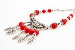 Zilveren halsband met rode parels Stock Afbeelding