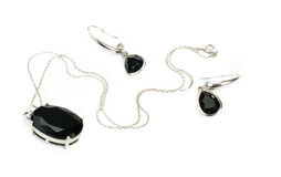 Zilveren halsband met zwarte tegenhanger & oorringenisol Stock Fotografie