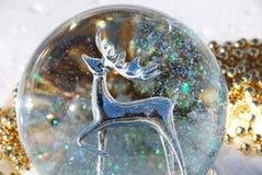 Zilveren herten in sneeuwbol Stock Afbeelding