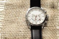 Zilveren horloge met zwarte leerriem Royalty-vrije Stock Fotografie