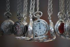 Zilveren horloges bij de markt van Nothinghill ` s stock foto