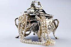 Zilveren jewelerydoos met parels Stock Afbeelding