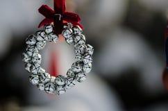 Zilveren Jingle Bell Wreath Christmas Ornament die een Openluchtboom verfraaien royalty-vrije stock afbeelding
