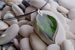 Zilveren juwelen in de vorm van een blad stock foto's
