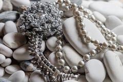 Zilveren juwelen met halsband van parels royalty-vrije stock fotografie