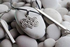 Zilveren juwelen met Keltische ontwerpen royalty-vrije stock foto