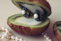 Zilveren juwelen met natuurlijke parels op een witte achtergrond stock foto's