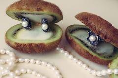 Zilveren juwelen met natuurlijke parels op een witte achtergrond royalty-vrije stock afbeelding