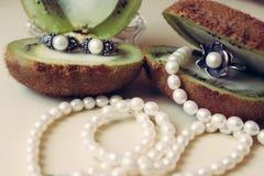 Zilveren juwelen met natuurlijke parels op een witte achtergrond royalty-vrije stock afbeeldingen