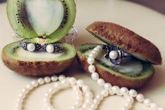Zilveren juwelen met natuurlijke parels op een witte achtergrond royalty-vrije stock fotografie