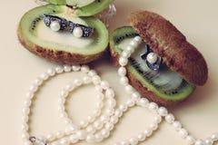 Zilveren juwelen met natuurlijke parels op een witte achtergrond stock fotografie