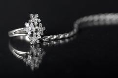Zilveren juwelen op zwarte achtergrond Stock Foto