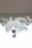Zilveren juwelenhalsband en tegenhanger in de bezinning Stock Fotografie