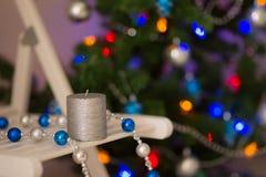 Zilveren kaars op de achtergrond van de Kerstboom Royalty-vrije Stock Foto
